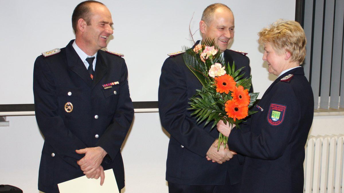 Monika Dubrau bedankt sich bei Steffen und Ralf für die geleistete Arbeit