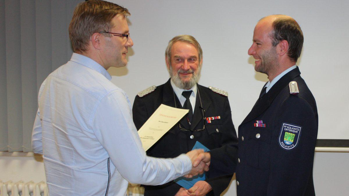 Bürgermeister Karsten Schreiber ernennt René Bdack zum neuen stellvertretenden Ortswehrführer