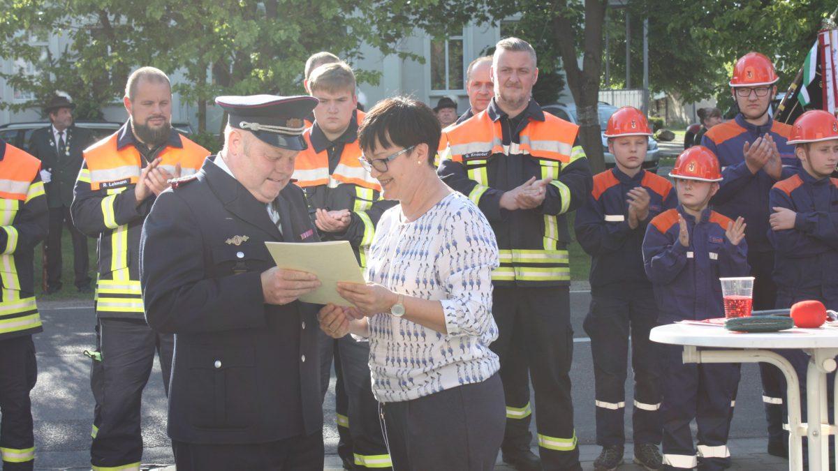 Hauptamtsleiterin Martina Rentsch übergibt Reiner Roblick die Entlassungsurkunde